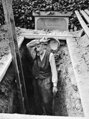Kyrkogårdsarbetare Hjalmar Nyberg, Nyåker 1956